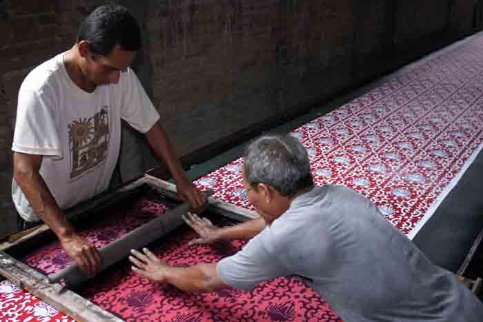 Proses pembuatan seragam batik di sakuratex solo